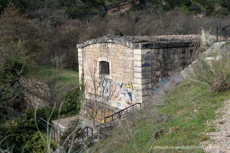 antiguo sifón que es una construcción de ladrillos grandes que parece una casa