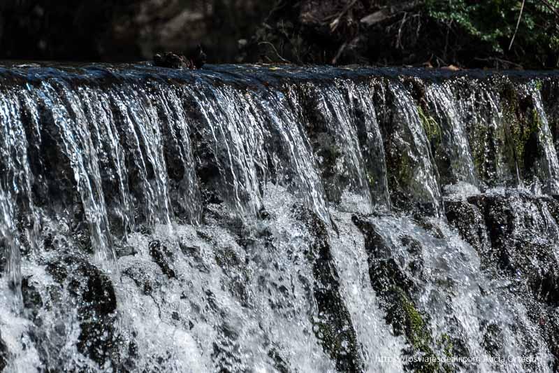 agua cayendo en cascada