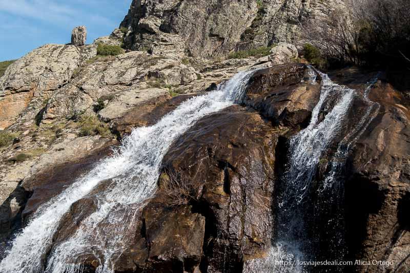 dos brazos de la cascada cayendo sobre las rocas de granito