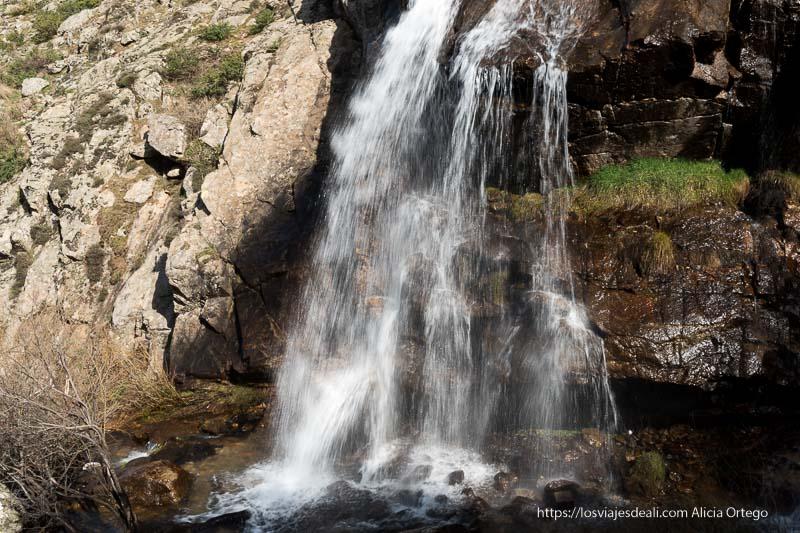parte baja de la cascada cayendo sobre las rocas