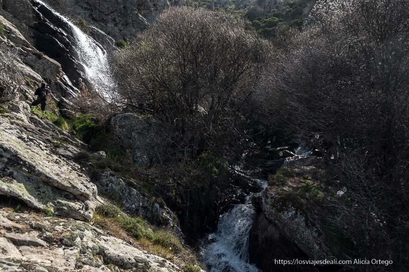 chorrera de los litueros vista desde abajo con el arroyo cayendo entre las rocas