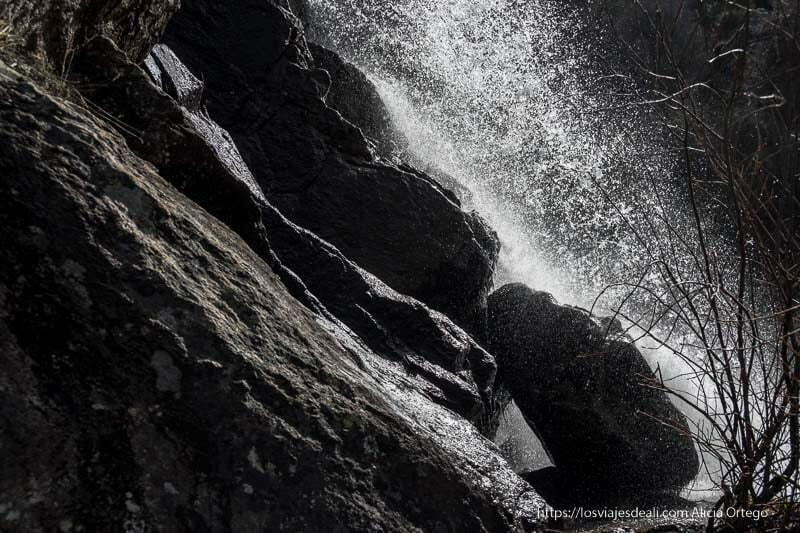 agua cayendo sobre las rocas de granito en la chorrera de los litueros