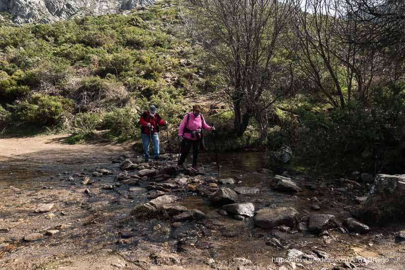 mis padres cruzando un arroyo sobre piedras cerca de la chorrera de los litueros