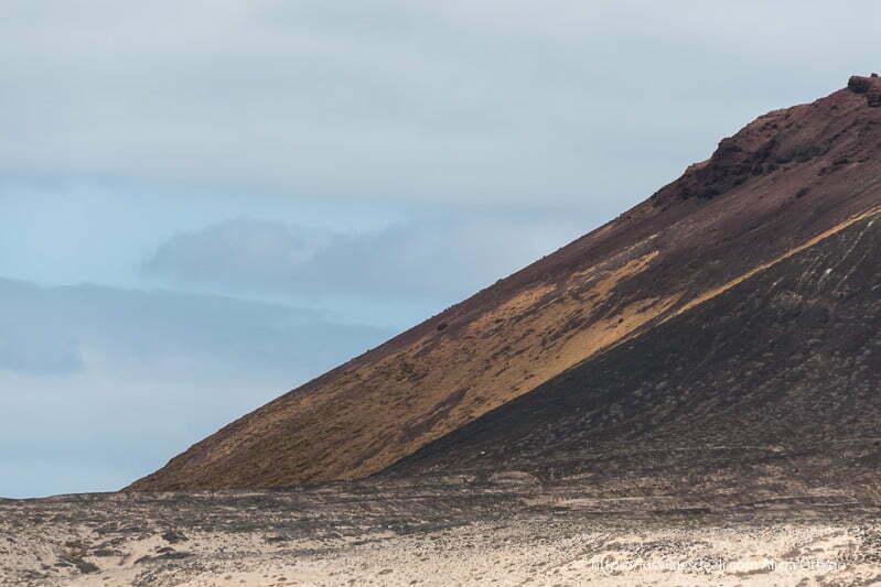 ladera del volcán con líquenes amarillos en La Graciosa