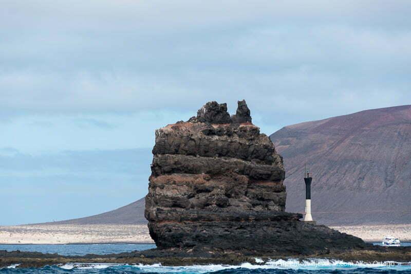 punta fariones que es una gran roca volcánica con La Graciosa detrás
