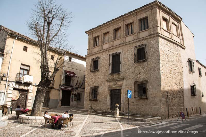casa de la cadena frente a plaza en chinchón