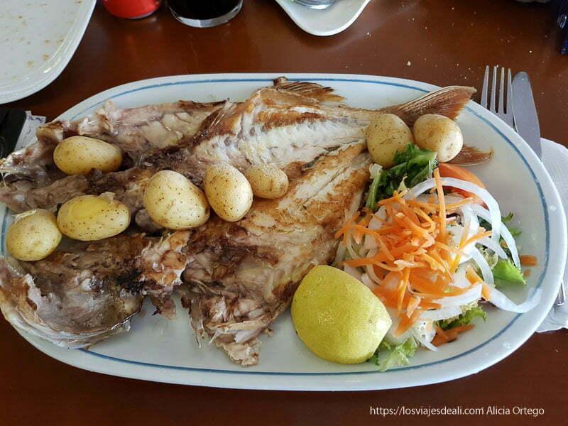 plato de pescado a la brasa con papas