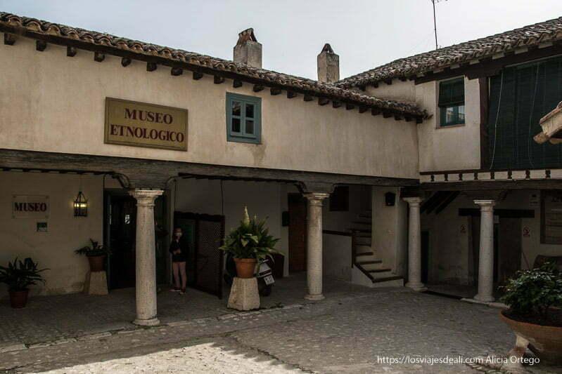 patio del museo etnológico de chinchón con columnas