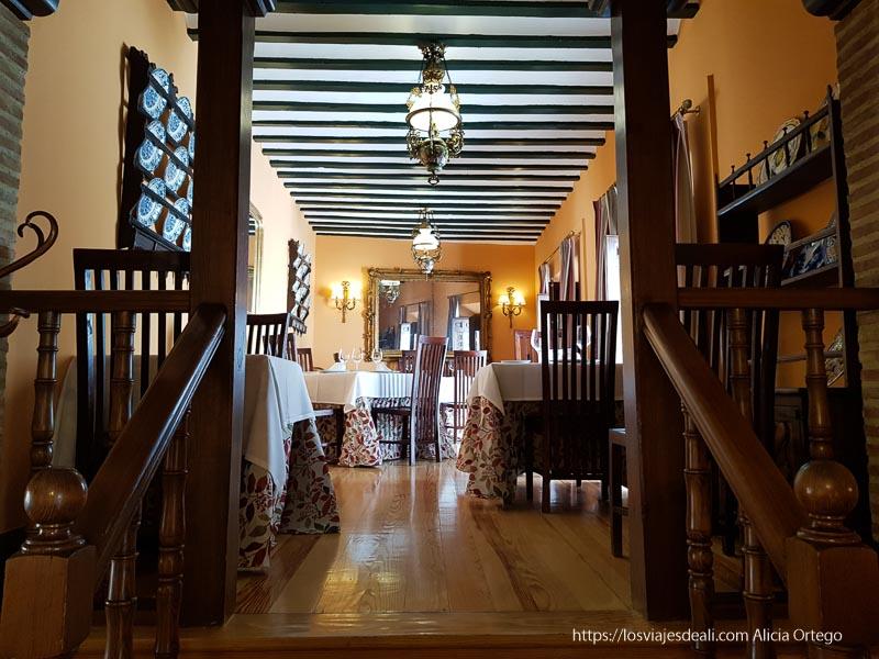 salón interior con vigas de madera del restaurante la columna