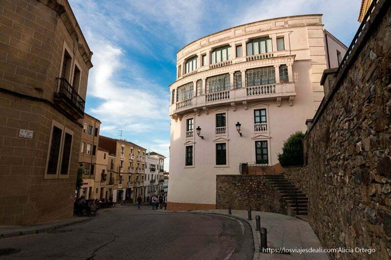 edificio modernista en forma curvada con balcones acristalados en cáceres