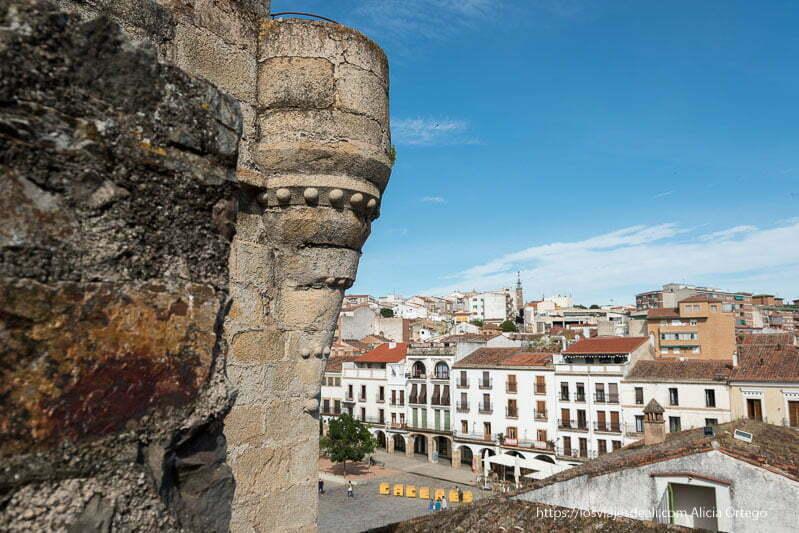 vista de la plaza mayor desde arriba con pequeño balcón gótico circular en primer plano