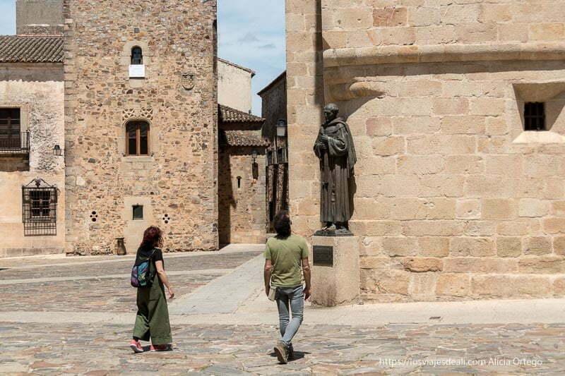 una pareja observa la estatua dedicada a san pedro de alcántara