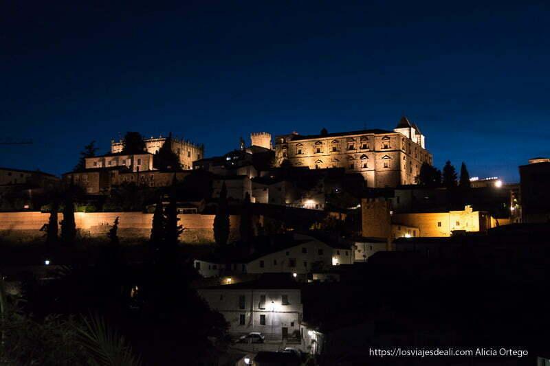 vista de los edificios históricos de Cáceres iluminados en la hora azul