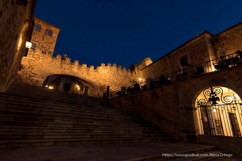 escaleras y arco de la estrella iluminados en la hora azul