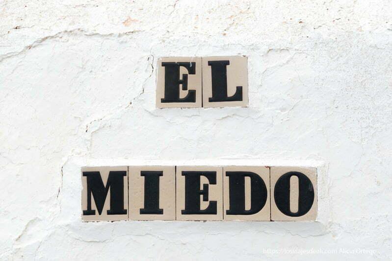 cartel de la calle El Miedo en azulejos puestos en muro blanco