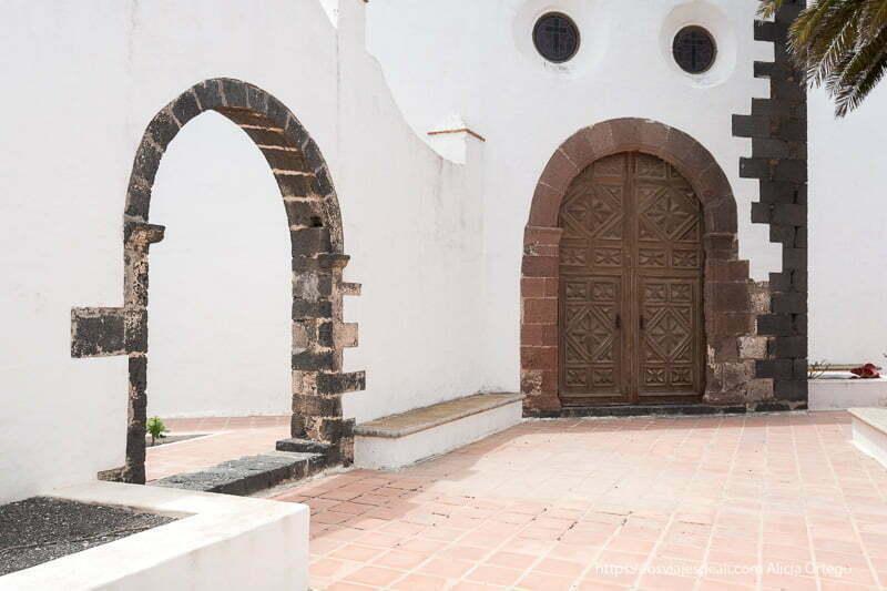dos puertas con arco de la parte trasera de la iglesia de teguise