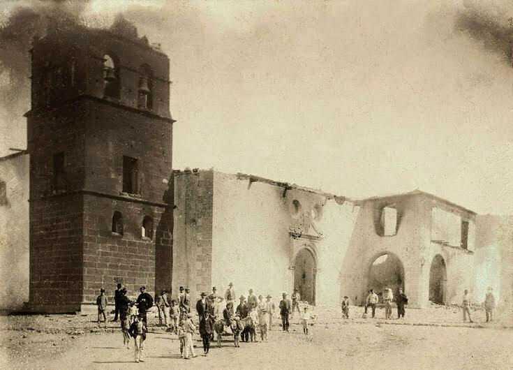 foto antigua de la iglesia de teguise incendiada y gente delante en 1909