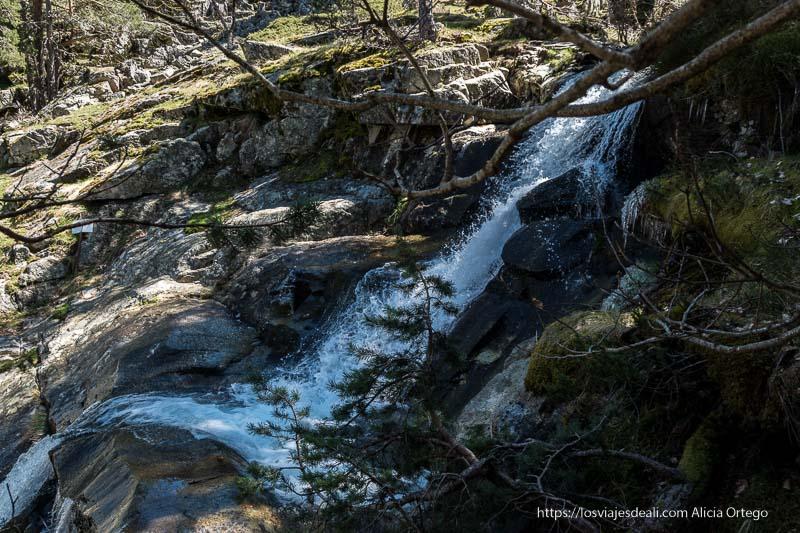 cascada entre rocas de granito