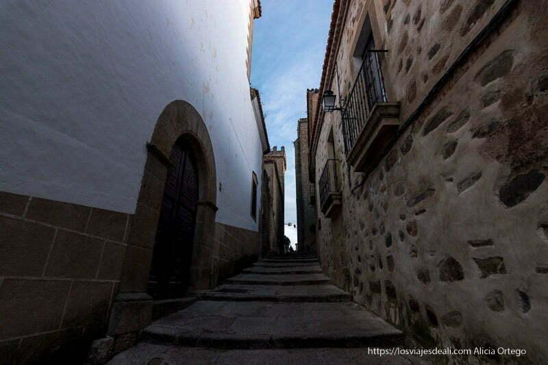 calle estrecha del casco histórico con escaleras espaciadas para salvar el desnivel