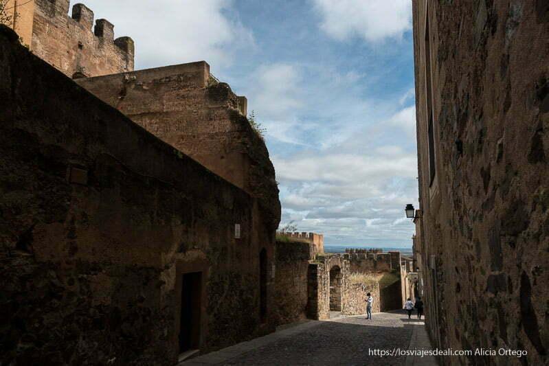 paseo junto a la muralla árabe y nubes en el cielo cáceres en un fin de semana