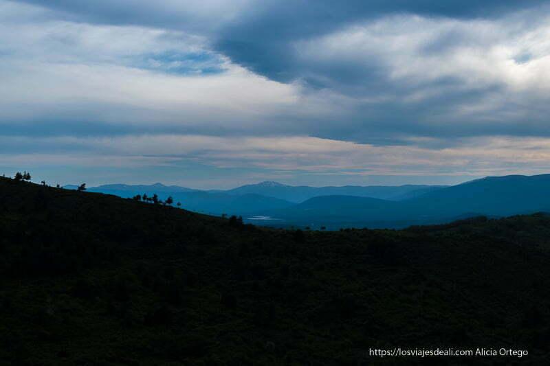 atardecer en la sierra del rincón con el pico guadarrama en el horizonte