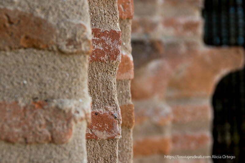 detalle de los ladrillos mudéjares de la iglesia de Prádena