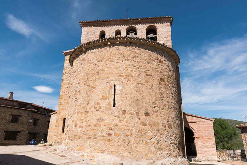 exterior del ábside circular con campanario con 4 campanas de Prádena