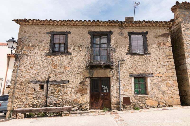 casa antigua con balcones de hierro y vigas de madera en Prádena del Rincón