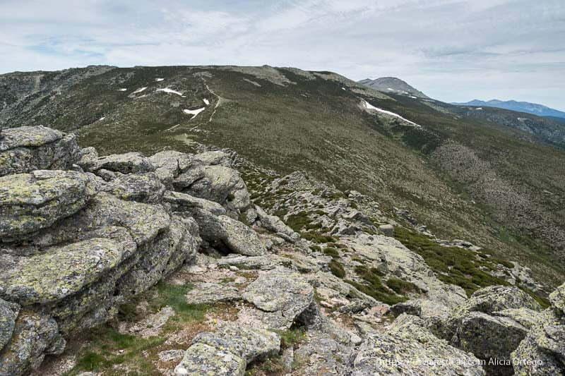 vista de la cuerda larga con mucha piedra y algunos retazos de nieve