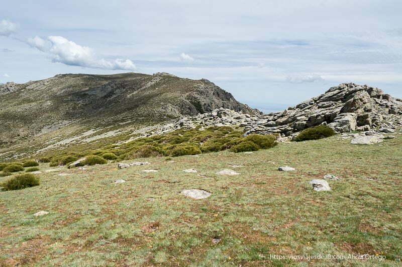 camino cubierto de hierba y piedras de granito en la ruta a la loma de los bailanderos