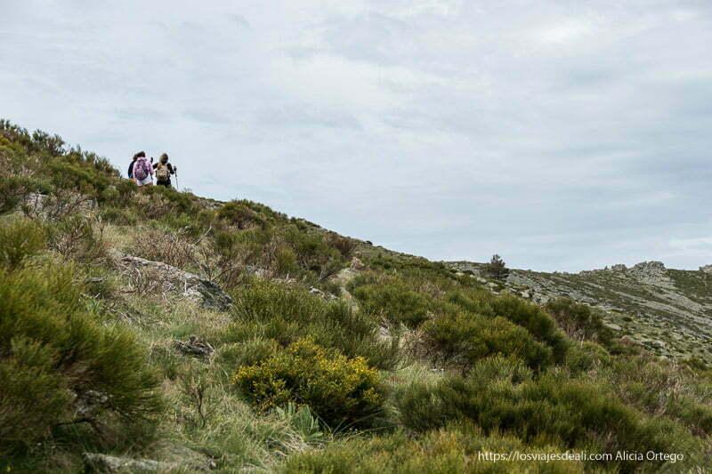 excursionistas andando por la cresta de una montaña