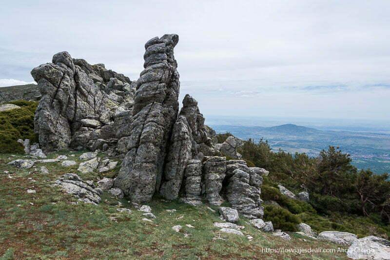 rocas con forma de columnas verticales en la ruta a la loma de los bailanderos