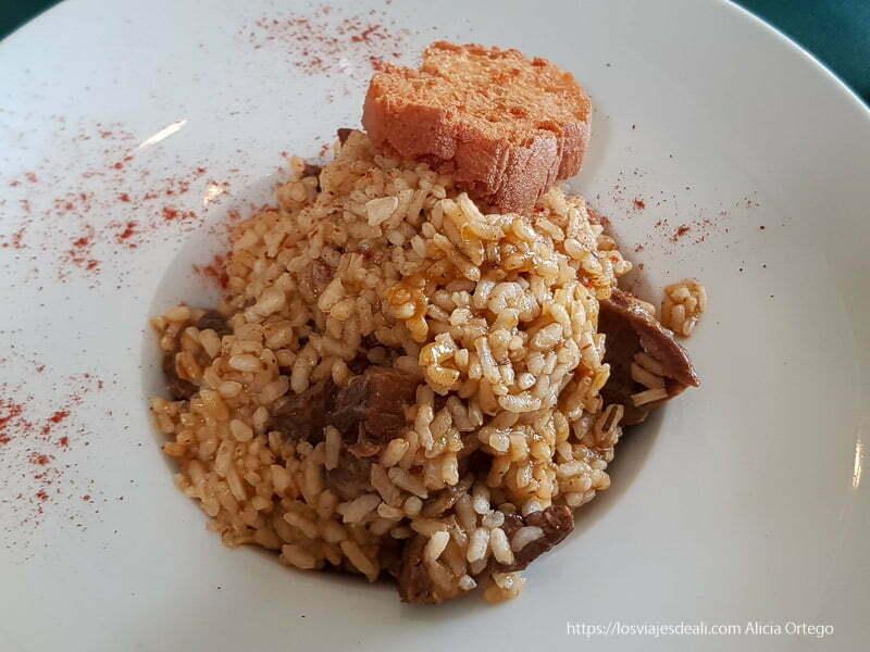 plato de arroz con carrilleras de cerdo y pimentón