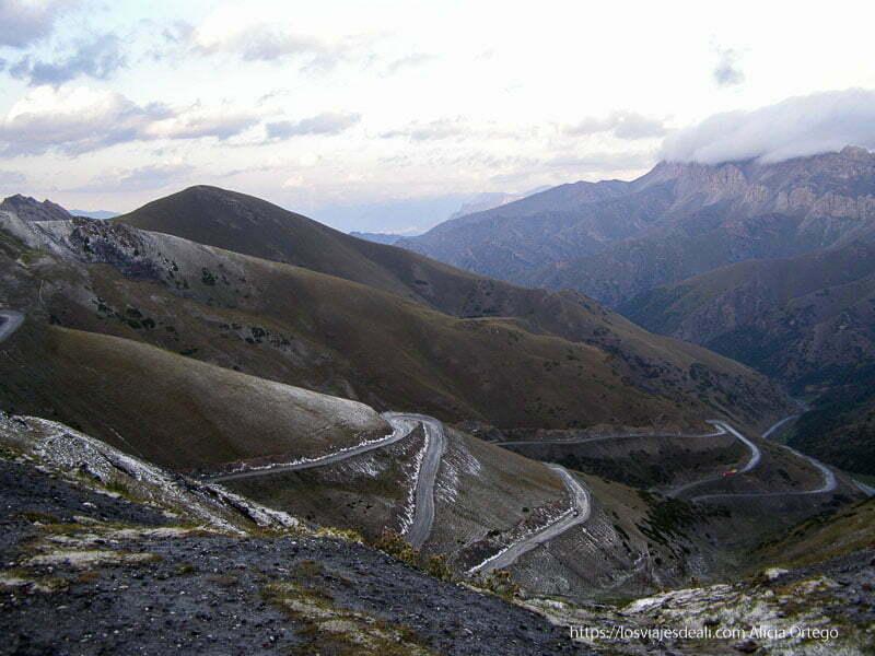 carretera llena de curvas que circula entre montañas en kirguistan