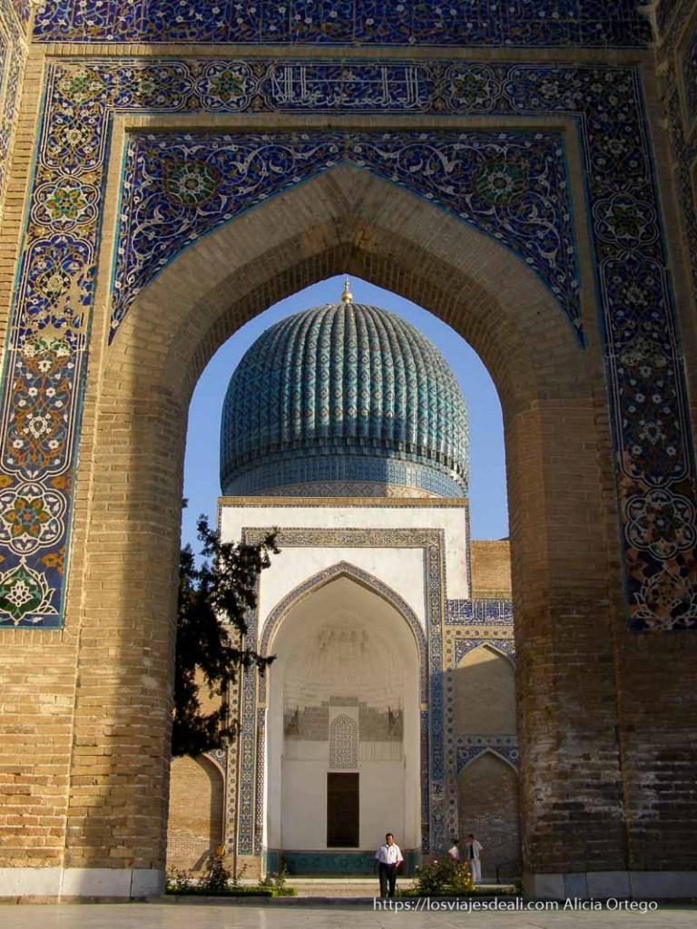 puerta que da paso al patio y mausoleo de Samarcanda con gran cúpula azul