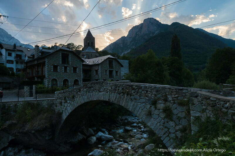 bielsa al atardecer con puente de piedra en primer plano