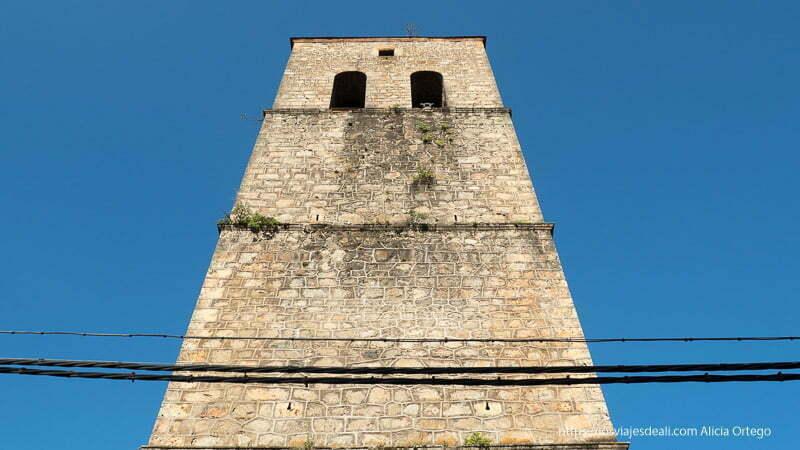 torre de la iglesia de bielsa vista desde abajo con cielo muy azul