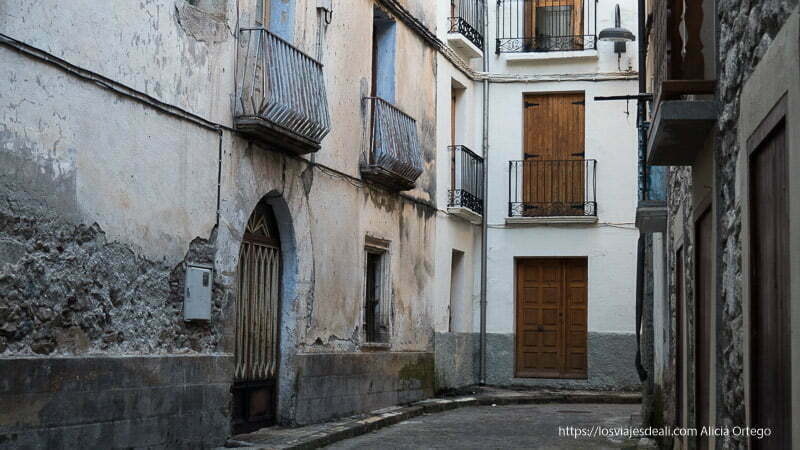 calle de bielsa con casas con puertas de madera