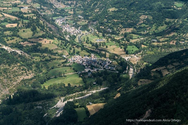 pueblo de plan al fondo del valle muy verde desde el mirador