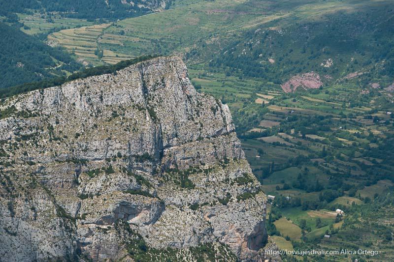farallón rocoso sobre el valle verde en el mirador de truesa