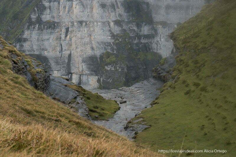 salto del nervión visto desde atrás con su plataforma de roca y enfrente paredes de roca