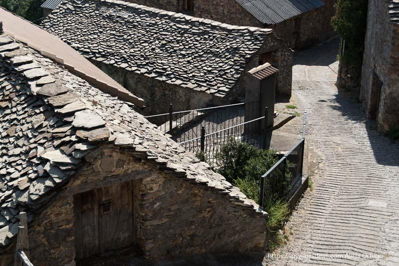 calles de Tella con casas de piedra y tejados de pizarra