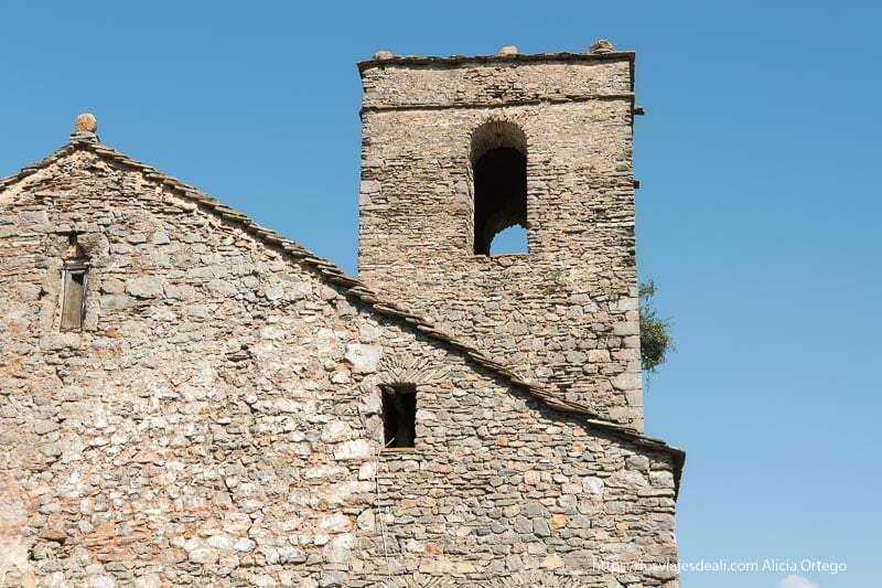 torre de la iglesia de tella y fachada posterior todo en piedra