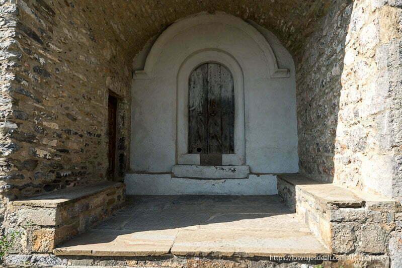 entrada con soportal de la iglesia de tella en los alrededores de bielsa
