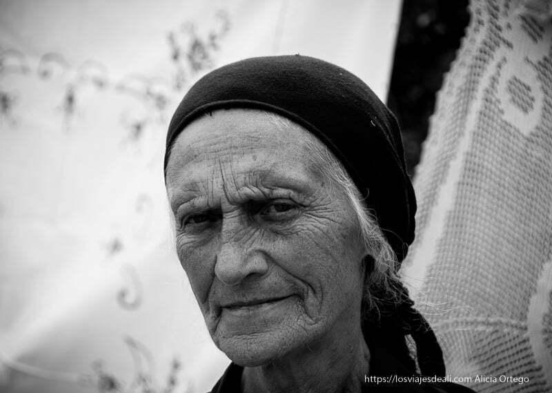 retrato de anciana albanesa con pañuelo negro en la cabeza