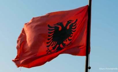 bandera de Albania con águila bicéfala en negro sobre fondo rojo