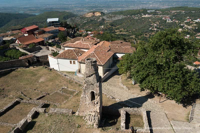 vista de casas y valle desde lo alto del museo en el castillo de Krujë