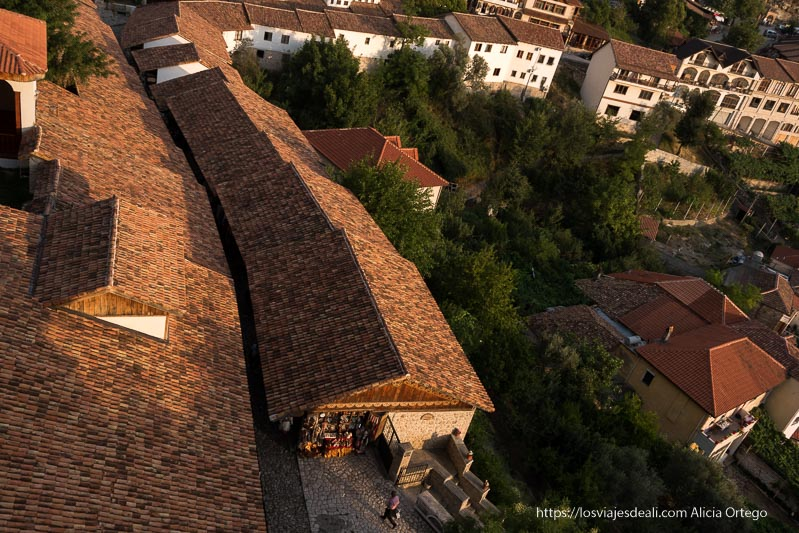 tejados del bazar de krujë que son de tejas rojas a dos aguas y el callejón central