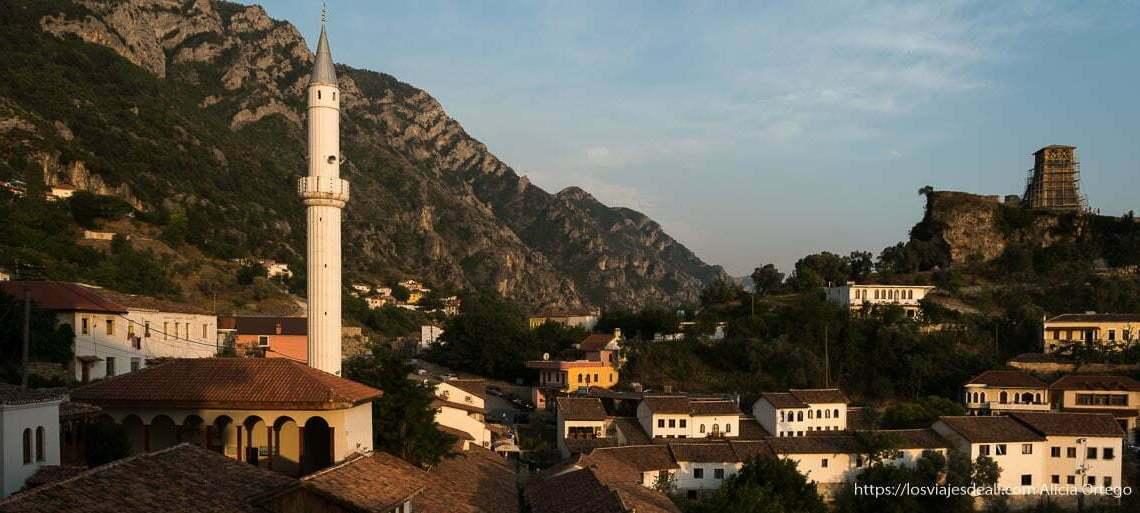 atardecer en krujë con el minarete de la mezquita y las montañas detrás
