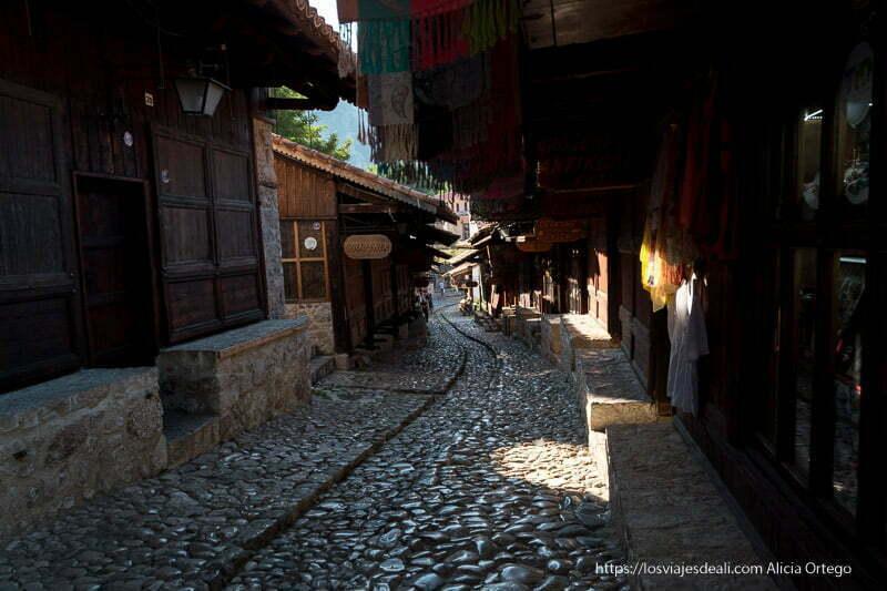 bazar de krujë por la mañnaa con la calle vacía y el sol entrando